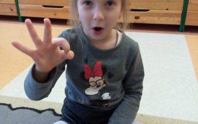 Uczymy się języka migowego.